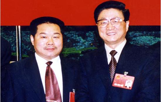 十届人大会期间,国务院副总理黄菊和董事长吴振山亲切合影